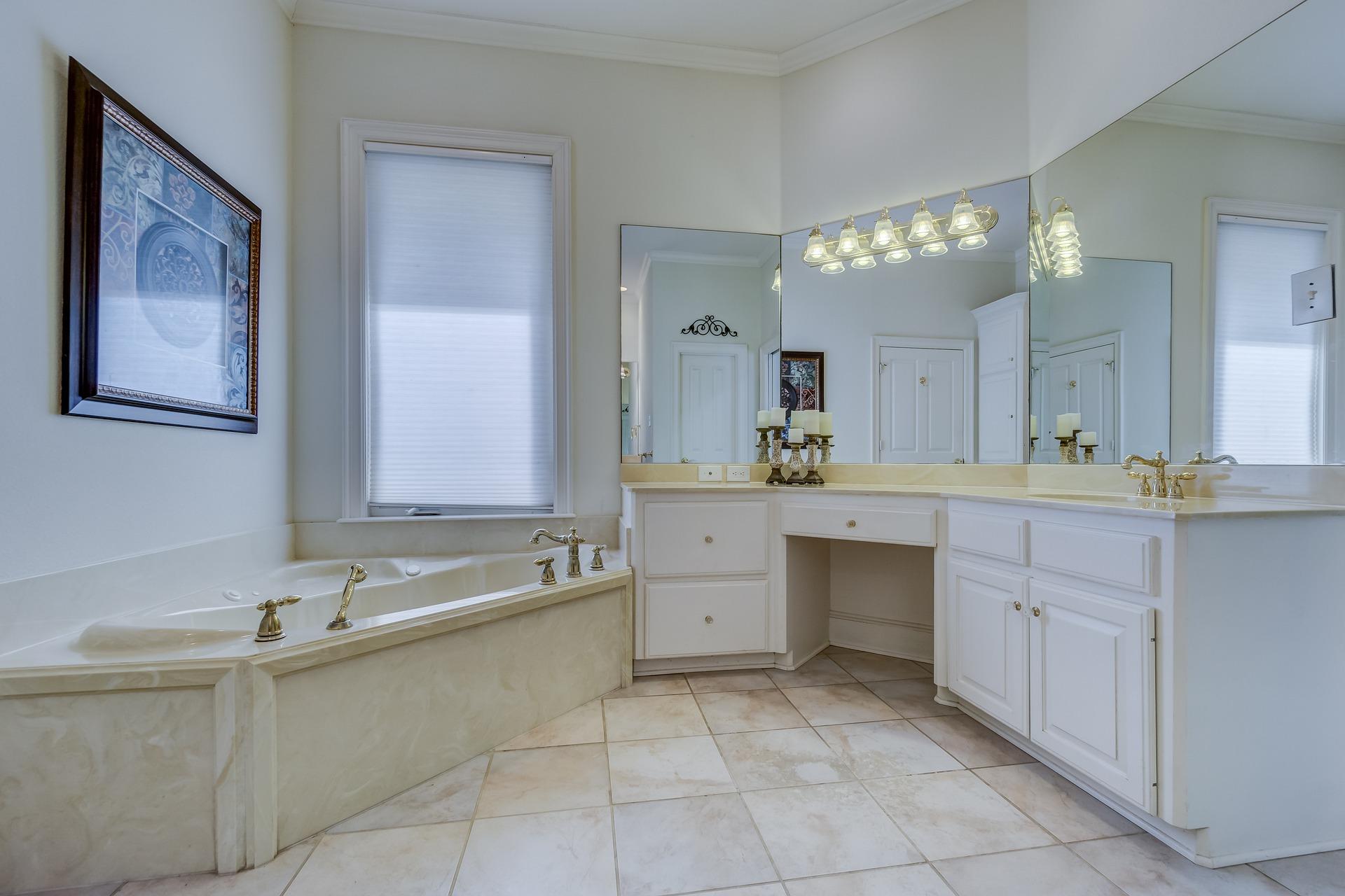 Trápí vás malá koupelna? Tyto triky ji opticky zvětší!