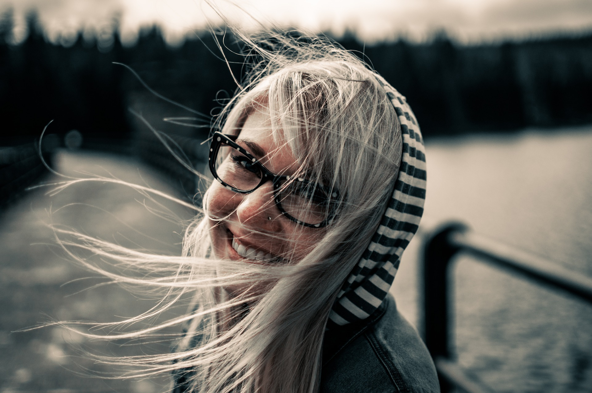 Vhodný výběr účesu k brýlím