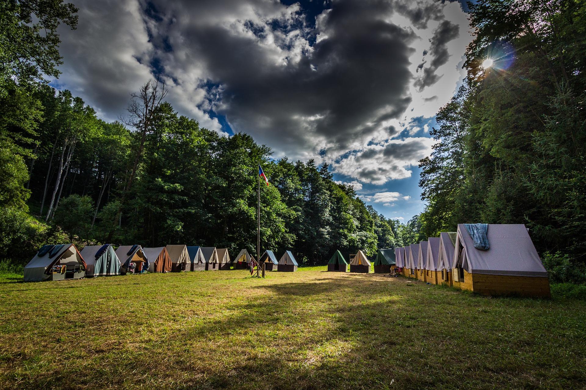Jak sbalit děti na letní tábor pod stan?